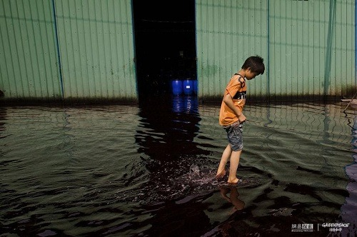 A child is walking in sewage