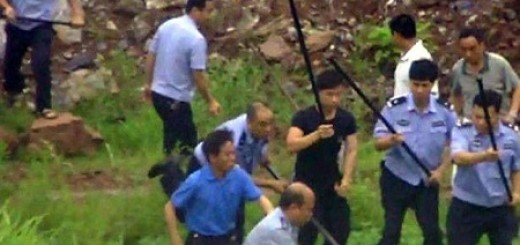 hunan women beaten by uniformed staff in Hunan 11110701