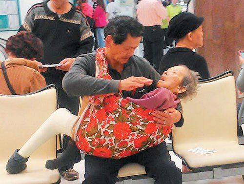 Taiwan filial son carrying ill mom to hospital