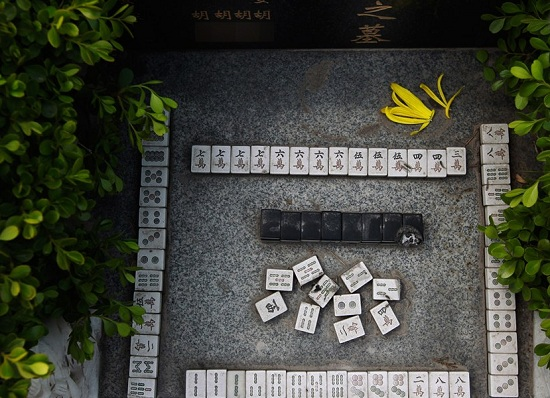 is playing mahjong a good entertainment Hi i'm planning to build my own foldable mahjong table my question is: what size is the playing board (the green surface) is there a minimum, maximum and what is.