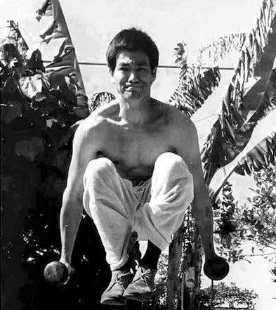 bruce-lee-dumbell