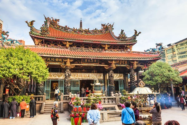Longshan Temple has been a very prosperous place for Buddhism.